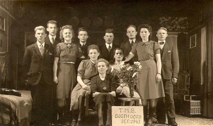 """Toneelvereniging TMB na een succesvolle uitvoering, 1943. v.l.n.r.: Johannes Veldhuizen( Hannes Gaspitje), ….;…..; Henk van Nieuwenhoven; Klaasje van Nieuwenhoven-Schurer; Trien Wibier;…..;……; """"Rooie"""" Tinus van Nieuwenhoven; Annie van Nieuwenhoven;…."""