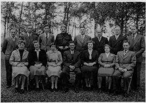 """Toneelver. Kunst naar Kracht 1953 met v.l.n.r.: Onder: Jopie de Jong;  Willie(van Dikke Jan) Veldhuizen- de Vries; Geertje Nieuwenhuis-Bos, Henk(de krul) van Nieuwenhoven; Immie Beun-Waldus; Doortje Groenink-van Nieuwenhoven; Roelof Groenink. Boven: Wijnand (Winie) Zwarts; Janny Flobbe,; Jan de Vries; Sjouke(van Tjeerd en Griet) Veldhuizen; """"vader"""" Klaas Bos; Jan Beun; Thijs Nieuwenhuis; Wiebe Veen."""