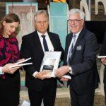 Auteur uit Vledderveen overhandigt petitie aan Vaste Kamercommissie