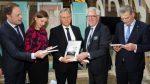 Klaas de Jong (tweede van rechts) overhandigt de petitie aan de leden van de Vaste Kamercommissie. ©Steenwijkercourant