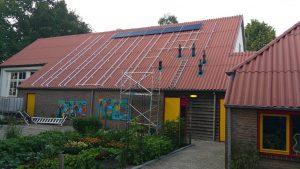 De zonnepanelen liggen (eindelijk) op het dak van het multifunctioneel centrum en functioneren.
