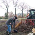 Blaadjes harken in het hertenkamp van Vledderveen